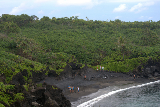 road-to-hana-black-sand-beach